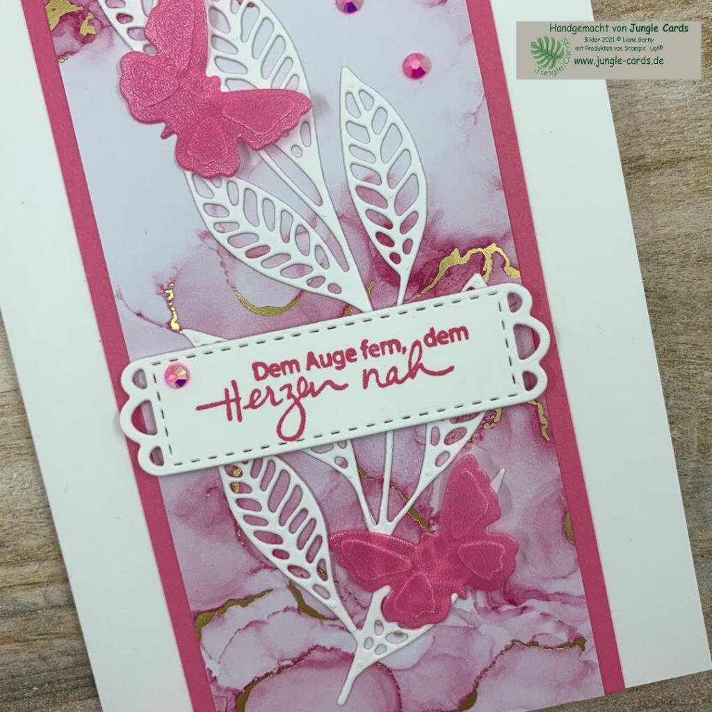 schlichte Grußkarte, zartes Blatt, Designpapier Tintenkunst, Pergamentpapier, Stanzformen Kunstvoll Koloriert und Wiese, Schmetterlinge zusätzlich geprägt